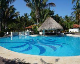 Pool des Komforthotels in Sámara