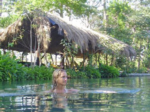 """Erfrischendes Bad im """"Ojo de Agua"""" auf Ometepe"""