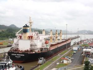 Ein Schiff durchquert den Panama-Kanal