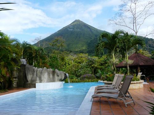 Pool mit Vulkanblick im Komforthotel