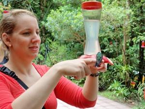 Costa Rica Reisepezialistin mit einem Kolibri