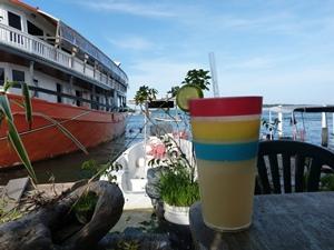 Cocktail und Blick auf das karibische Meer