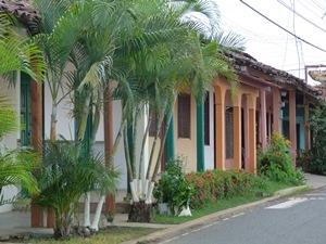 Bunte Häuser mit Ziegeldächern in Pedasi