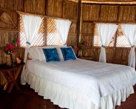 Doppelbett im Wasserbungalow