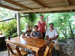 Einheimische Familie mit Touristin in Sarapiqui