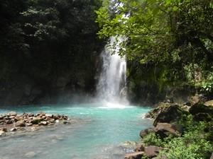 Der imposante Wasserfall des Rio Celeste