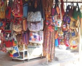 Bunte Taschen und Tücher an einem Marktstand