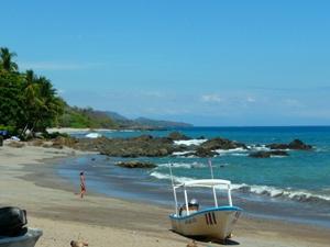 Ein Boot am Strand von Montezuma