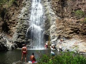 Badende in den Montezuma Wasserfällen