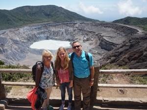 Reisende am Krater des Vulkan Poas