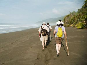 Reisende laufen am Strand der Peninsula Osa