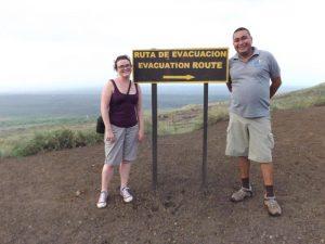 Guide und Touristin beim Besuch des Masaya Nationalparks