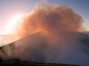 Rauch aus dem Vulkan in der Abendsonne