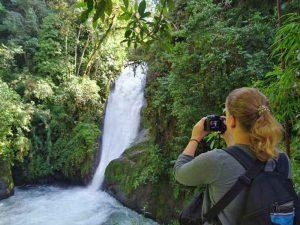 Blick auf Wasserfall im Cloudbridge Reserve