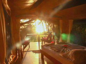 Zimmer mit morgendlicher Sonne beim Glamping in Costa Rica