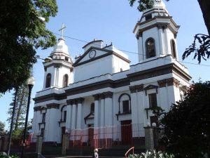 Kirche und Park in Alajuela Zentrum