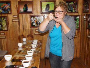 Reisende probiert die verschiedenen Kaffeesorten
