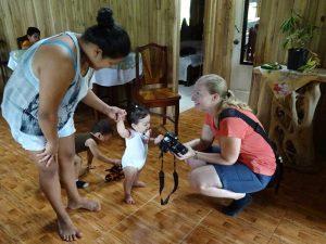 zu Gast bei einer einheimischen Familie - kleines Kind in Juanilama schaut neugierig in die Kamera