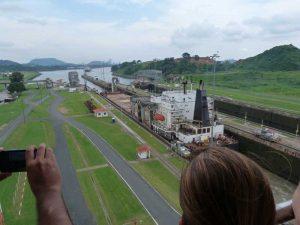 Blick vom Besucherdeck der Miraflores-Schleusen auf den Kanal