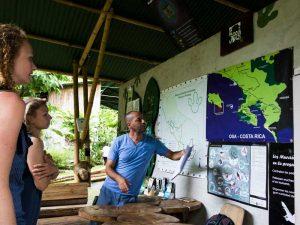 Guide erklärt die Routen im Corcovado Nationalpark