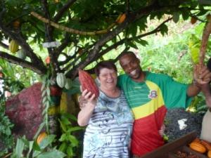 Einheimischer und Frau mit Frucht in der Hand