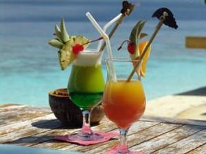 Zwei dekorierte Cocktails am Strand genießen