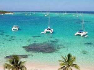 Bucht mit Katamaranen
