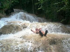 Reisende entspannt in den Dunn's River Falls