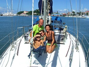Gemeinsam am Deck der Jacht beim Karibik Inselhüpfen