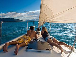 Entspannung am Deck der Segelyacht