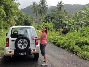 Reisende mit Allradwagen in der Karibik