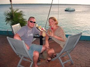 Reisende trinken Cocktails am Meer