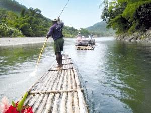 Einheimischer paddelt auf dem Floß