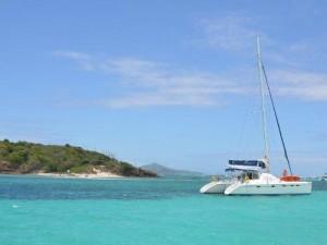 Katamaran vor den Tobago Cays