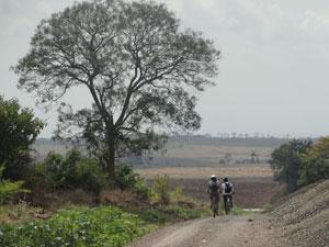 fietsen langs dorpjes tanzania
