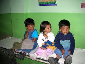 kinderen in wachtkamer hulpproject ecuador