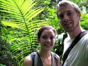 Reizigers in de jungle van Ecuador