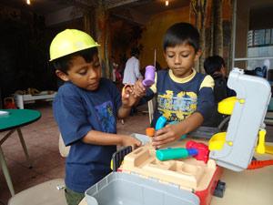 spelende kinderen hulpproject ecuador