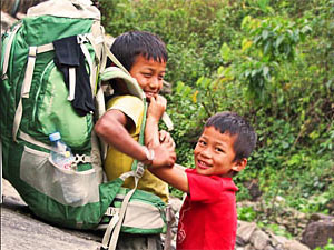 dragers kinderen annapurna trekking
