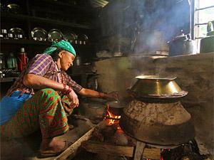 vrouw koken homestay