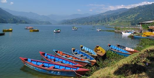 Reizen Nepal - boten op meer