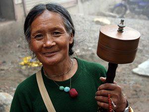 Tibet-Nepal rondreis - vrouw gebedsmolen