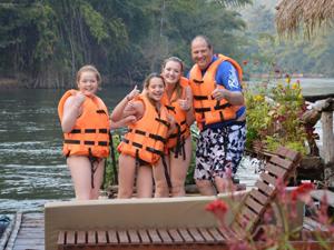 River Kwai Thailand met kinderen - zwemmen