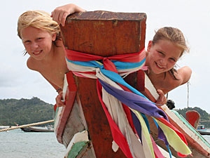 Thailand gezondheid met kinderen: kinderen op longtailboot
