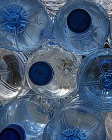 Thailand gezondheid met kinderen: waterflesjes