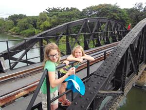River Kwai Thailand met kinderen: brug over River Kwai