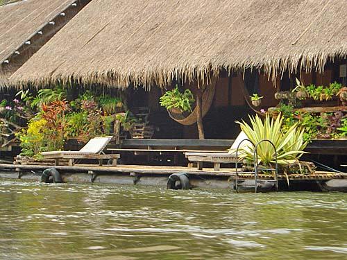 River Kwai Thailand met kinderen - drijvend huisje