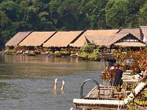 River Kwai Thailand met kinderen - drijvende huisjes