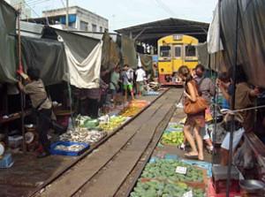 vakantie Thailand met kinderen - treinmarkt Bangkok