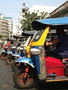 Thailand vervoer met kinderen: tuktuks op rij